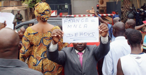 Protestors at French embassy, Bamako (AFP photo)